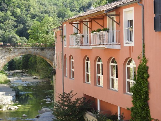 Rennes-les-Bains, Frankrijk: vue de l'hôtel, chambres à l'étage, vue sur la rivière