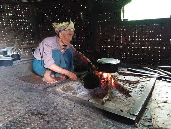Pindaya, Birmania: cooking in the traditional kitchen