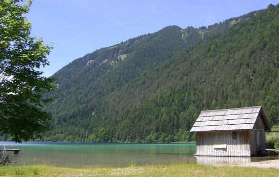 Weissensee, Østerrike: spiaggetta fronte lago con camping