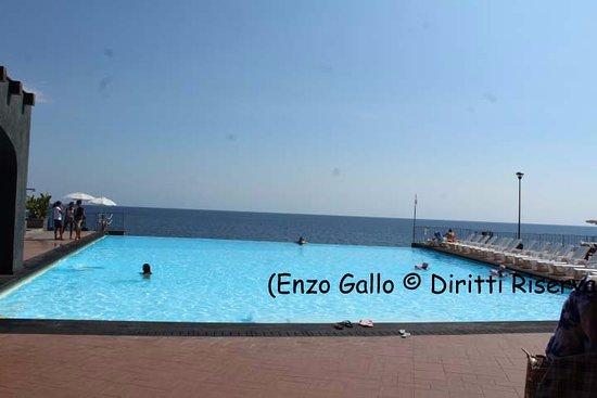 Hotel Santa Tecla Palace: La piscina che sembra toccarsi con il mare