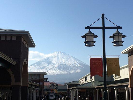 Gotemba, Japan: 逛街還可以看富士山,風景如畫,逛累了看一下美景心曠神怡!