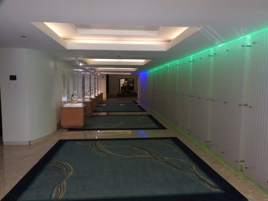 Waikiki Parc Hotel: エントランスのアプローチ