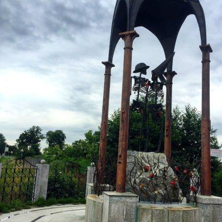 Orlovka, Rusia: Памятник Любви и Верности около входа в ресторан