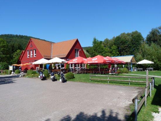 Happurg, Germany: Café Restaurant Seeterrassen - mit einem Motorradparkplatz der direkt an die Terrasse grenzt - d