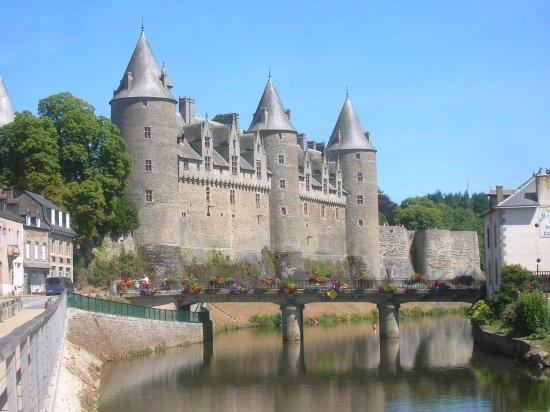 Pizzeria du Chateau: Château de Josselin et le canal de Nantes à Brest