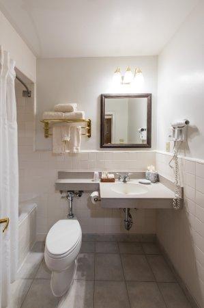 Inn at the Michigan League: Gust Room Bathroom