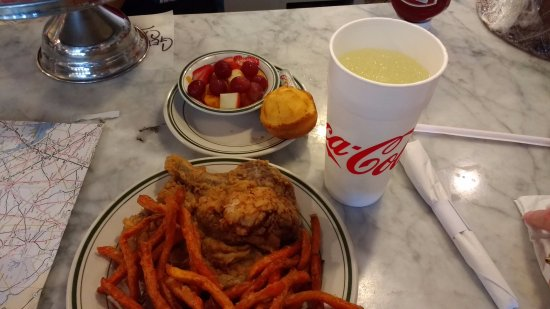 Aiken, Güney Carolina: Fried pork chop, sweet potato fries, fruit bowl, corn bread muffin and lemonade. Excellent!