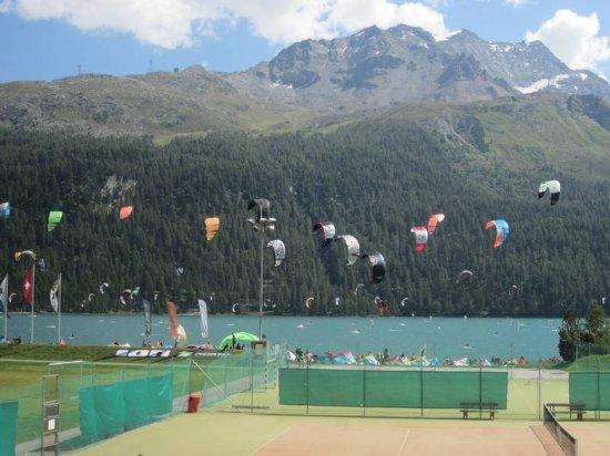 Silvaplana, Switzerland: Tennisplatz und Kite Wiese neben dem Campingplatz .