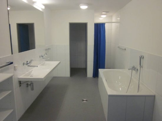 Silvaplana, Switzerland: Privatbadezimmer kann für 15.00.- CHF pro Nacht dazu gemietet werden.