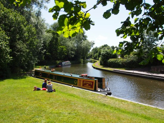 Warwick, UK: Cruising the beautiful canals of the Heart of England