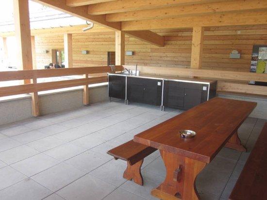 Silvaplana, Switzerland: Campinggebäude - Kochgelegenheit. Kochplatten kann an man bei der Rezeption ausleihen