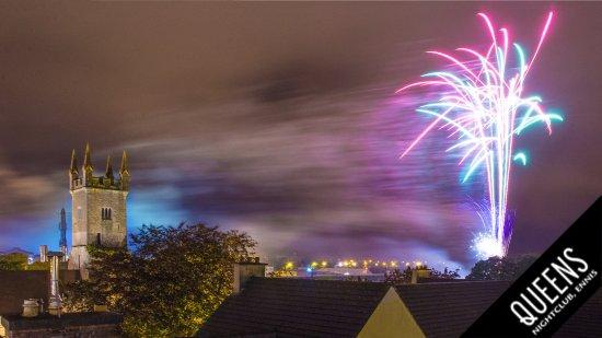 Ennis, Irlanda: Opening fireworks at the Fleadh2017