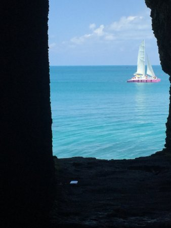 "Hamilton, Islas Bermudas: Sailboat coming in to the park - view out the ""window"" in the cave"