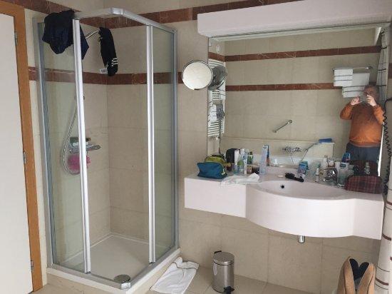 Hotel Quartier Latin: Vue de la douche et du lavabo dans la salle de bain