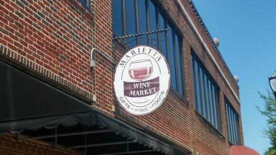 Marietta, جورجيا: Marietta Wine Market outside.