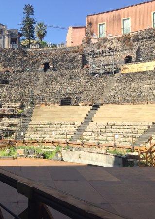 Parco Archeologico Greco Romano di Catania : Vista de la cavea desde la salida