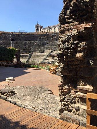 Parco Archeologico Greco Romano di Catania : Vista de la cavea desde la entrada