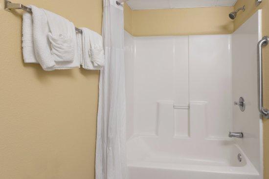 Vidalia, GA: Bathroom, tub and shower