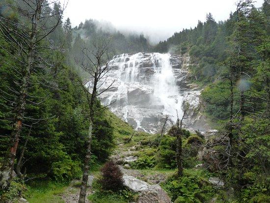 Neustift im Stubaital, Austria: Arrivée près de Grawa wasserfall