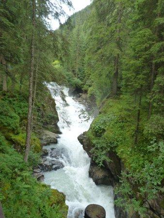 Neustift im Stubaital, Austria: Le long du sentier mennant au Grawa Wasserfall