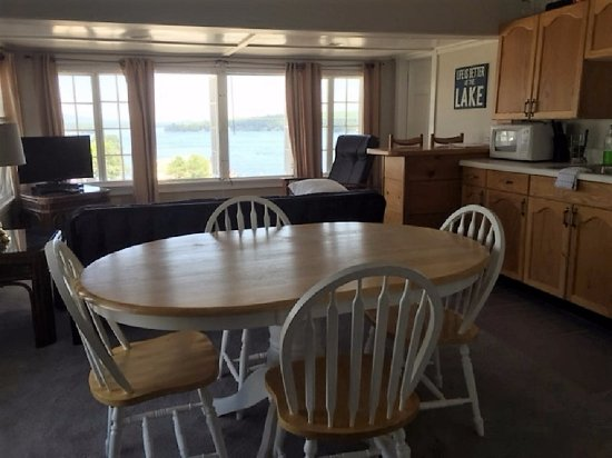 Weirs Beach, New Hampshire: Captain's Suite dining area