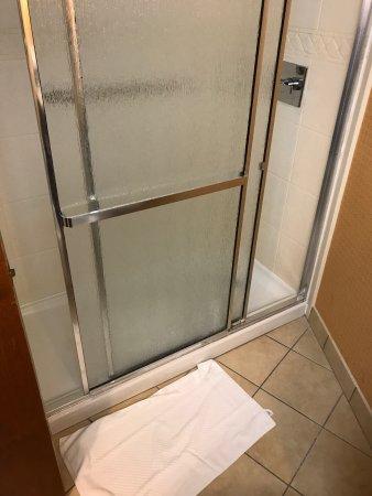 DoubleTree by Hilton Murfreesboro: Housekeeping failed to do their job properly