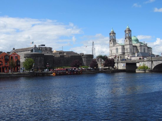 Athlone, Irland: The castle and church from across the river