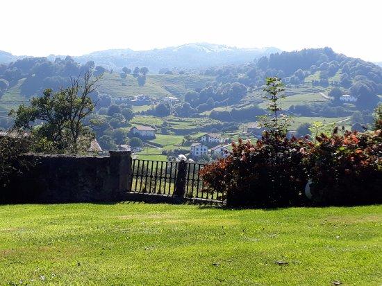 Iriarte Jauregia Hotel: Vista desde el jardín