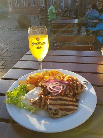 Buxtehude, Germania: Grillteller mit Alsterwasser bei herrlichem Wetter im Außenbereich des Dionysos