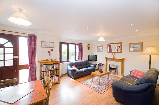 Poughill, UK: Bramblewood Cottage - sleeps 6 + 2 cots in 3 bedrooms & is kept pet-free