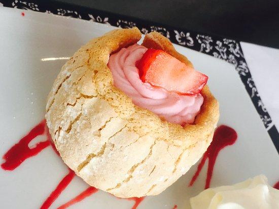 Le Bistrot: #Délicieux  très bonne cette mini charlotte au fraise :) 🍰🍓
