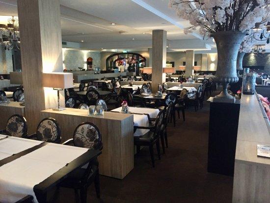 Vianen, Países Bajos: Het grote restaurant, tijdens ontbijt (lekker rustig).
