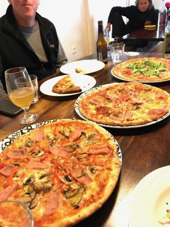 Borgarnes, IJsland: Great pizzas and cheesy garlic bread