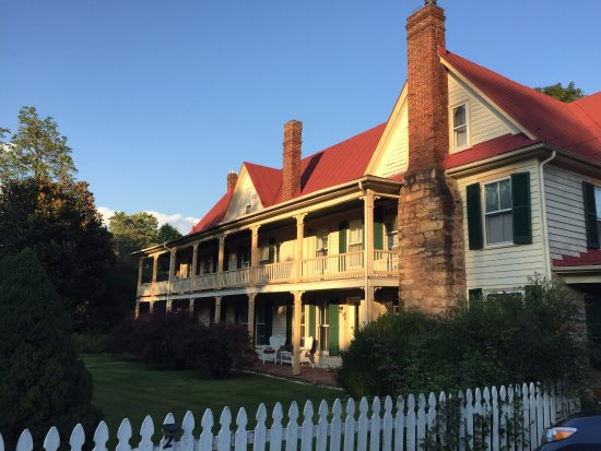 The Hummingbird Inn: Beautiful grounds, lovely porches to rest