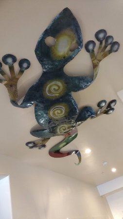 The Gonzo Inn: Cool art on the ceiling in lobby