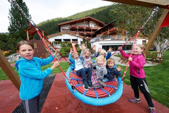 Hotel-Restaurant Alpenblume: toller Spielplatz abseits der Straße, hier können sich Ihre Kinder austoben