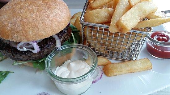 StrandLust: Burger, Speisekarte-Ansicht, Nachtisch Hausgemachte Rote Grütze mit Vanilleeis, Erdbeer-Tiramisu