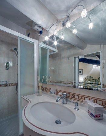 Hotel Gardesana: Bagno camera mansardata