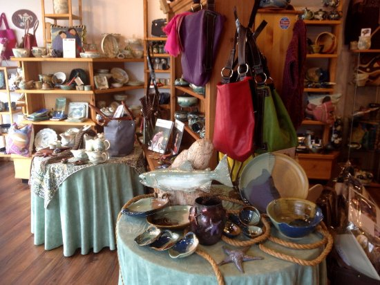 Campbell River, Kanada: wide selection of functional pottery from different potters