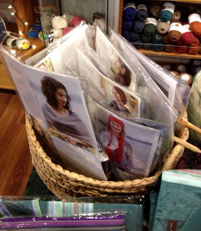 Campbell River, Kanada: lots of complete kits of patterns and yarn, plus samples in the store