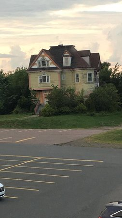 Holiday Inn Truro: Creepy house beside parking lot