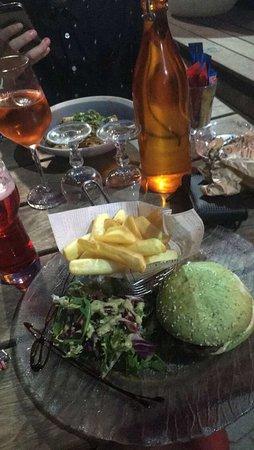 Le Cabanon: Repas excellant, burger napolitain délicieux
