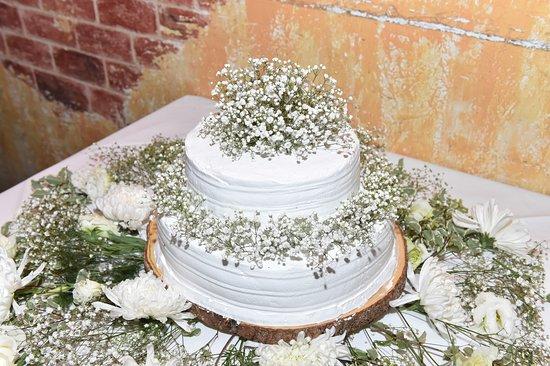 Merrick, Nowy Jork: Dulce de leche cake! Beautiful! Decorated by Voegler next door, made by Vincent.