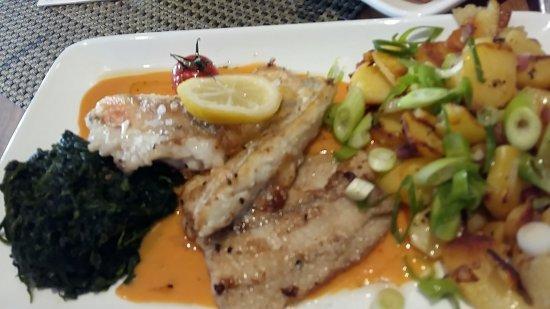 Compass Restaurant, Bar & Lounge: Triologie an Fisch mit Blattspinat mit Bratkartoffeln / Pommesstiften, Espressi, Ein- und Ausgan