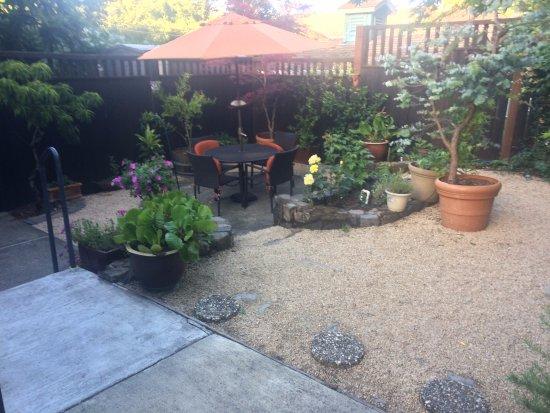 Calistoga Wine Way Inn: Lower sitting area next to indoor breakfast area