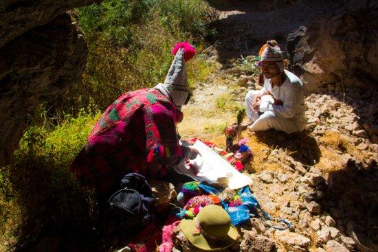 Cusco Region, Peru: Ceremonia de agradecimiento a la pachamama valle sagrado Cusco - Perú
