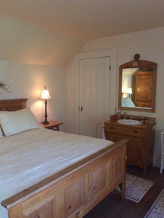 Squibb Houses: Squibb House Louise Room en suite sink