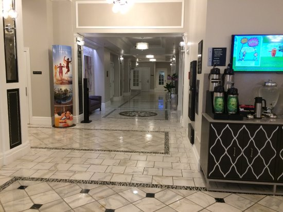 Wyndham Canterbury at San Francisco: Down this hallway to the gym and update center--coffee and water are always there.