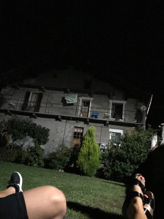 Pont-Saint-Martin, Italia: sembra una casa uscita da film horror ma è molto carina