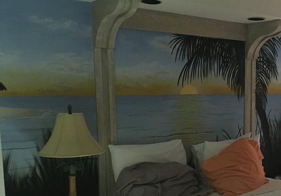 Voyager Beach Club: View of bedroom queen bed